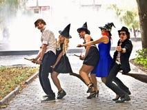 Gente del grupo en el traje de Víspera de Todos los Santos. Al aire libre. Foto de archivo