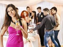 Gente del grupo en la tabla de la boda. Imagen de archivo libre de regalías