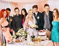 Gente del grupo en la tabla de la boda. Foto de archivo