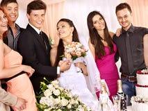 Gente del grupo en la tabla de la boda. Foto de archivo libre de regalías