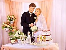 Gente del grupo en la tabla de la boda. Imagen de archivo