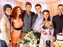 Gente del grupo en la tabla de la boda. Fotos de archivo libres de regalías