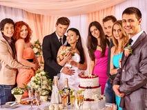 Gente del grupo en la tabla de la boda Fotografía de archivo libre de regalías