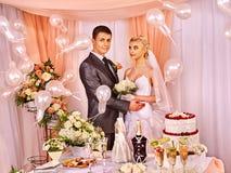 Gente del grupo en la tabla de la boda Fotos de archivo libres de regalías