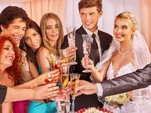 Gente del grupo en la tabla de la boda Fotografía de archivo