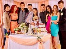 Gente del grupo en la tabla de la boda Imágenes de archivo libres de regalías