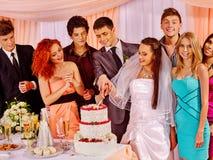 Gente del grupo en la tabla de la boda Imagen de archivo libre de regalías