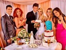 Gente del grupo en la tabla de la boda Imagen de archivo