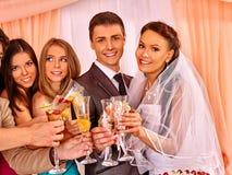 Gente del grupo en la tabla de la boda Foto de archivo libre de regalías