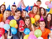 Gente del grupo en sombrero del partido. Foto de archivo libre de regalías