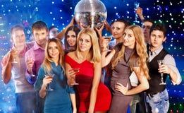 Gente del grupo que baila en el partido. Fotos de archivo libres de regalías