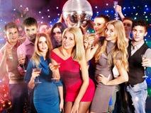 Gente del grupo que baila en el partido. Foto de archivo libre de regalías