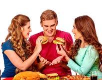 Gente del grupo que sostiene las hamburguesas grandes Imágenes de archivo libres de regalías