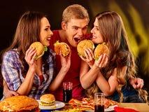 Gente del grupo que sostiene las hamburguesas grandes Imagen de archivo libre de regalías