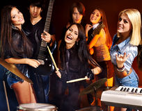 Gente del grupo que toca la guitarra. Fotos de archivo libres de regalías