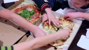 Gente del grupo del trabajo en equipo de amigos con concepto de la caja de la pizza de la consumici?n las manos humanas toman ped almacen de video