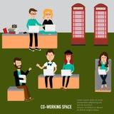 Gente del inconformista que trabaja en el infographics de co-trabajo del espacio Fotos de archivo