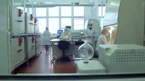 Gente del laboratorio Científicos que trabajan en laboratorio de química investigación almacen de video