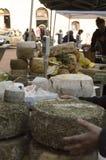 Gente del mercado del queso en Italia Imagen de archivo libre de regalías