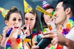 Gente del partido en barra que celebra carnaval Fotos de archivo