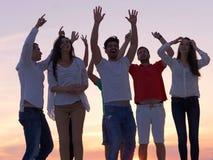 Gente del partido en puesta del sol fotos de archivo