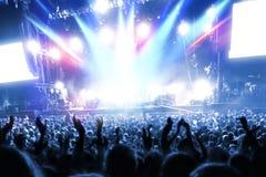 Gente del partido en un concierto frenético del estallido Fotografía de archivo