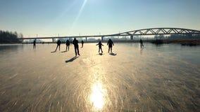 Gente del patinaje de hielo en un lago congelado almacen de metraje de vídeo