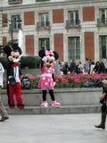 Gente del saludo de Minnie y de Mickey Mouse en el del Sol Madrid Spain de Puerta del La Imagen de archivo libre de regalías