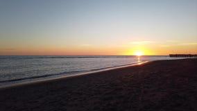Gente del timelapse del movimiento del paisaje marino que camina en línea de la playa para disfrutar de puesta del sol hermosa metrajes