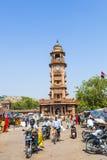 Gente delante del Clocktower en el mercado de Sadar en Jodhpur, Rajasthán, la India Fotografía de archivo