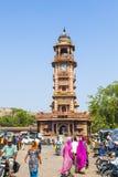 Gente delante del Clocktower en el mercado de Sadar en Jodhpur, Rajasthán, la India Fotografía de archivo libre de regalías