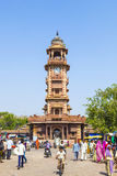 Gente delante del Clocktower en el mercado de Sadar en Jodhpur, Rajasthán, la India Imagen de archivo libre de regalías