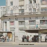 Gente delante del edificio con la pintada Foto de archivo