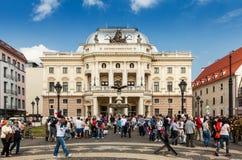 Gente delante del teatro nacional eslovaco, Bratislava Imágenes de archivo libres de regalías