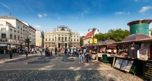 Gente delante del teatro nacional eslovaco, Bratislava Foto de archivo