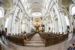 Gente dentro de la catedral barroca en Fulda Fotografía de archivo libre de regalías