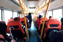 Gente dentro del autobús público fotos de archivo