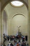 Gente dentro del museo del Louvre Foto de archivo