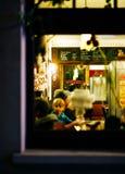 Gente dentro del restaurante que se divierte que se prepara para el partido Christma Imágenes de archivo libres de regalías