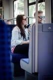 Gente dentro del tren del transporte público del metro de Hamburgo Foto de archivo libre de regalías