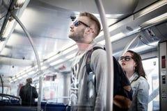 Gente dentro del tren del transporte público del metro de Hamburgo Imagen de archivo