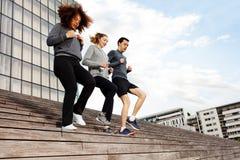 Gente deportiva que corre abajo en las escaleras de la ciudad Fotos de archivo
