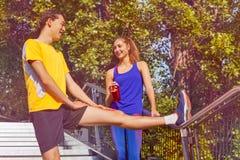 Gente deportiva que se prepara para activar en parque del verano Foto de archivo