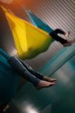 Gente desconocida que practica yoga aérea Foto de archivo