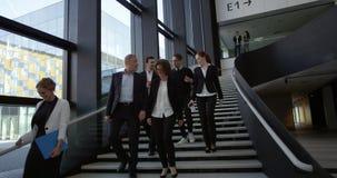 Gente di affari al corridoio dell'edificio per uffici archivi video