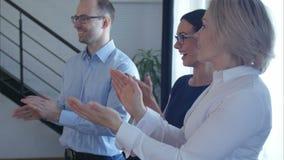 Gente di affari di applauso della squadra video d archivio