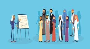 Gente di affari araba di presentazione Flip Chart Finance, persone di affari arabe Team Training Conference Muslim del gruppo Immagini Stock Libere da Diritti