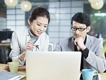 Gente di affari asiatica che lavora insieme nell'ufficio immagine stock libera da diritti