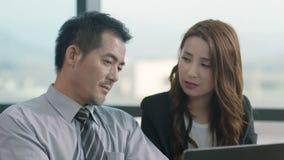 Gente di affari asiatica che lavora insieme nell'ufficio video d archivio