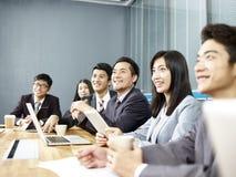 Gente di affari asiatica che si incontra nell'ufficio fotografie stock